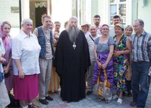 Епископ Лонгин с группой паломников