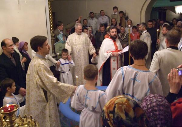 Священник Иоанн Привалов совершает крещение