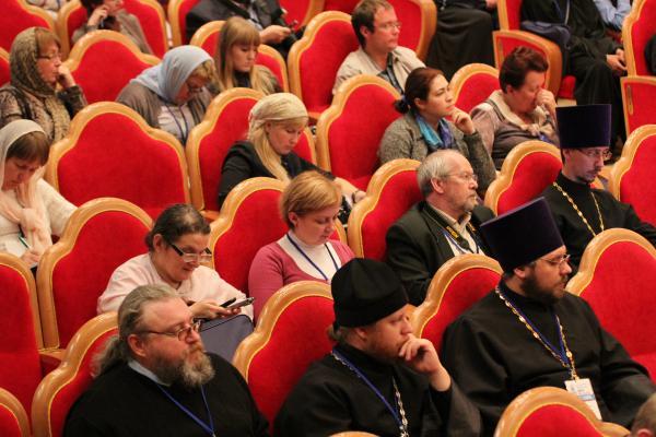 Участники фестиваля слушают выступление патриарха