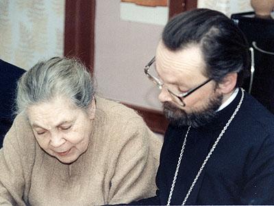 Евгения Кузьминична Кочеткова с сыном на агапе. 1995 г.