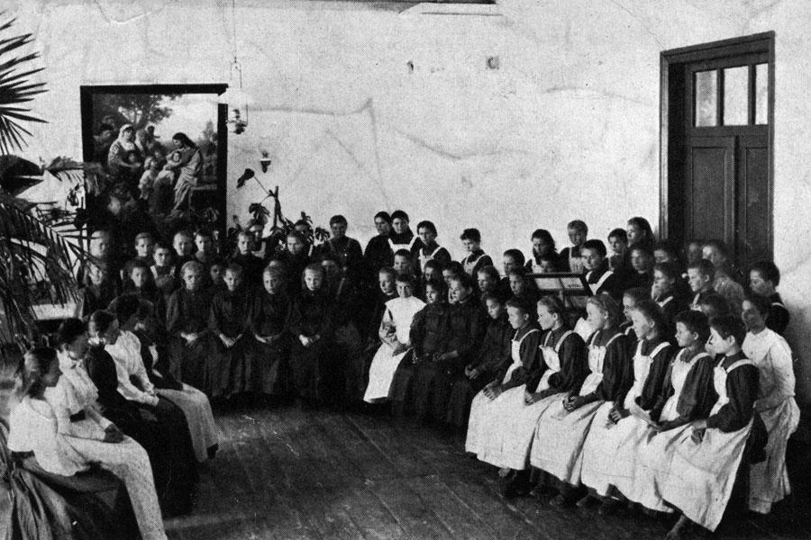 Общее собрание в женской школе