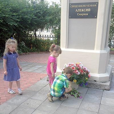 Дети принесли к памятнику собранные по дороге цветы