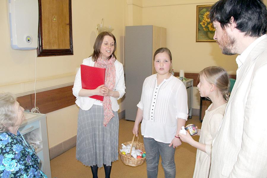 После концерта дети и взрослые раздали слушателям пасхальные подарки