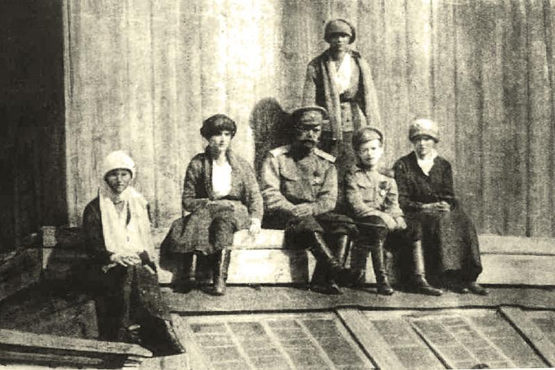 Император Николай II со своими детьми в ссылке в Тобольске
