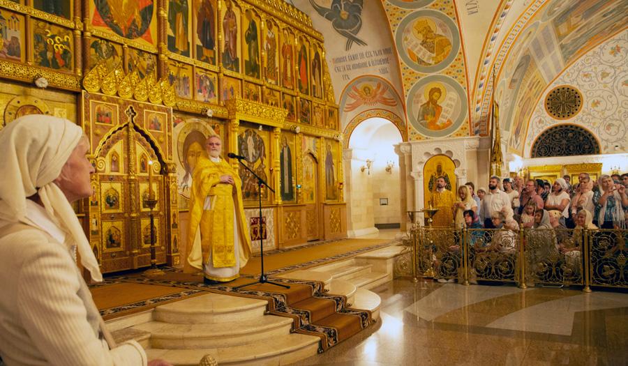 Священник Георгий Кочетков на литургии в храме Христа Спасителя