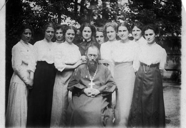 Отец Иосиф Фудель и ученицы гимназии