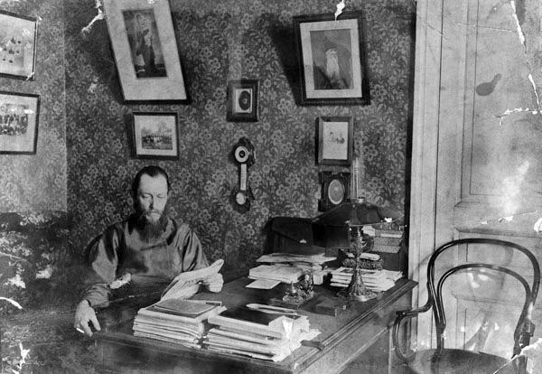 И.И. Фудель в кабинете