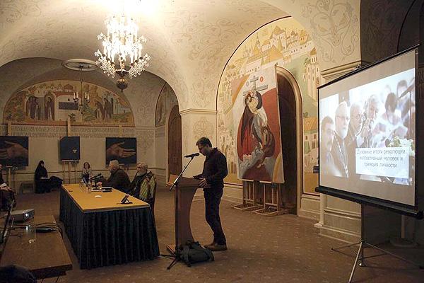 Андрей Васенёв выступает на секции Рождественских чтений