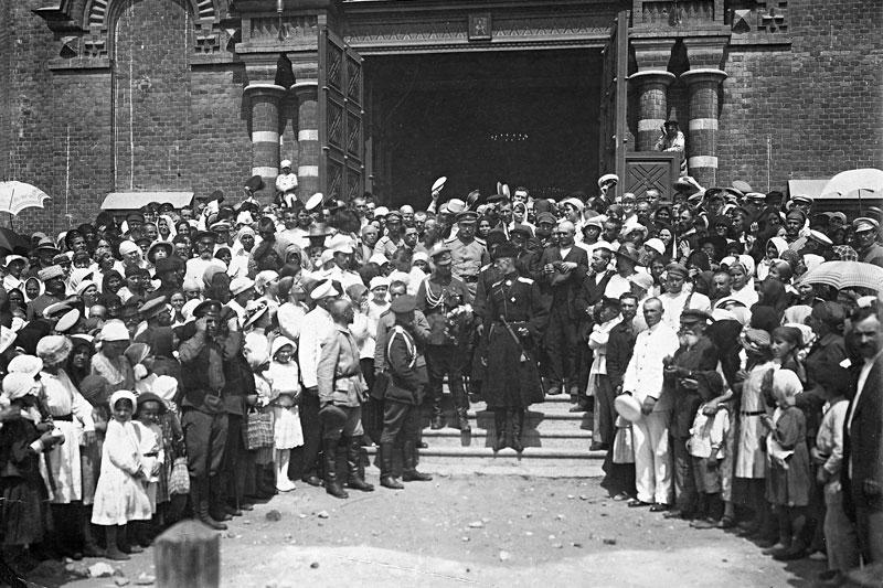 После богослужения в Александро-Невском соборе. В центре – генерал П.Н. Врангель. Царицын, 1919 г.