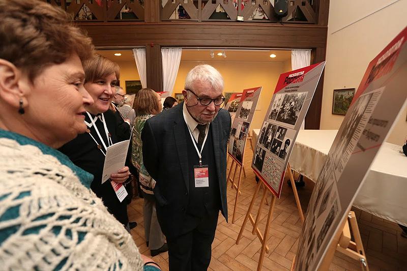 Выставка «Расколотая Россия»