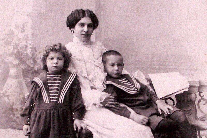 Екатерина Михайловна Молчанова (урожд. Янко) с детьми Марией и Николаем.