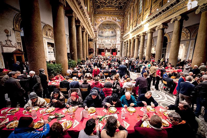 Рождественский обед для нуждающихся, устроенный католической общиной св. Эгидия