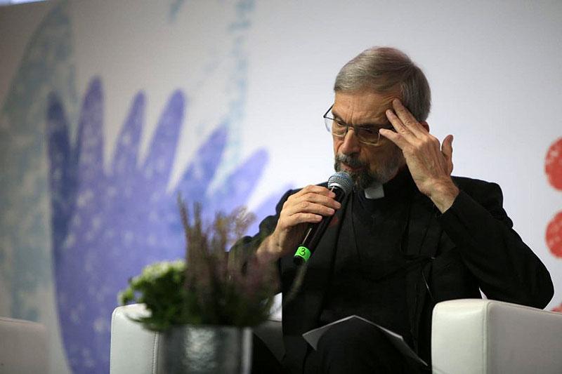 священник Манфред Дезелерс