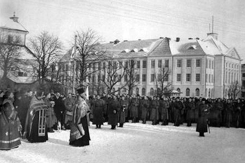 Торжественный смотр офицерского партизанского отряда