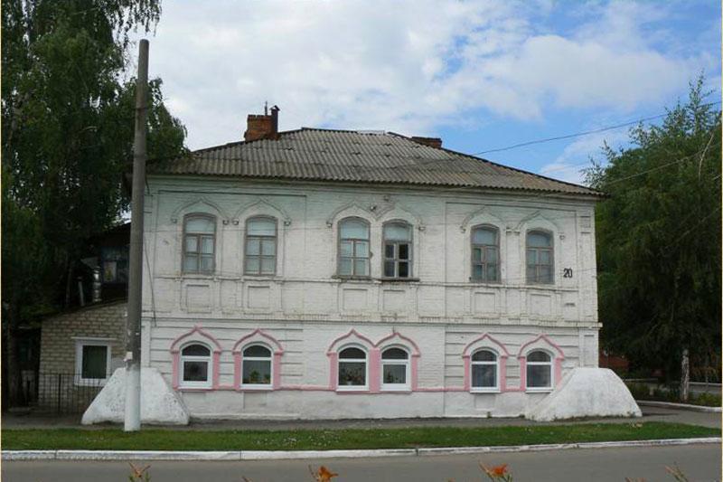 В этом доме, в г. Старобельске, прошло детство отца Иоанна