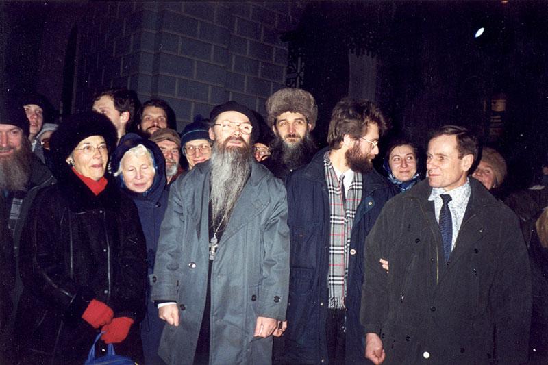 У храма преп. Сергия Радонежского после снятия прещений. 15 марта 2000 г.