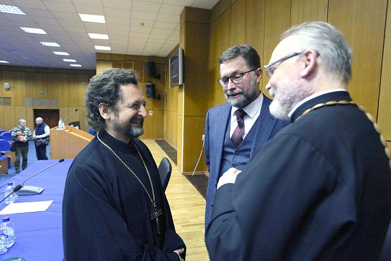 Архимандрит Сергий (Акимов) беседует со священником Георгием Кочетковым