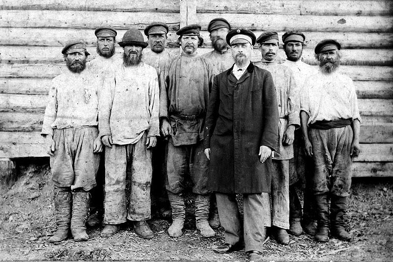 Георгий Иванович Ватман с рабочими завода