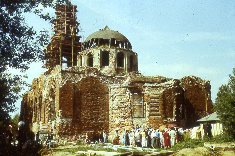 Литургия рядом с разрушенным Троицким храмом в г. Электроугли, куда осенью 1989 года был назначен настоятелем священник Георгий Кочетков