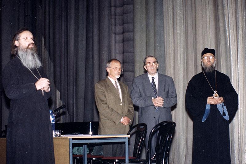 Священник Георгий Кочетков, Никита Алексеевич Струве, Сергей Сергеевич Аверинцев, епископ Серафим (Сигрист). Конференция «Язык Церкви». 1998 г.