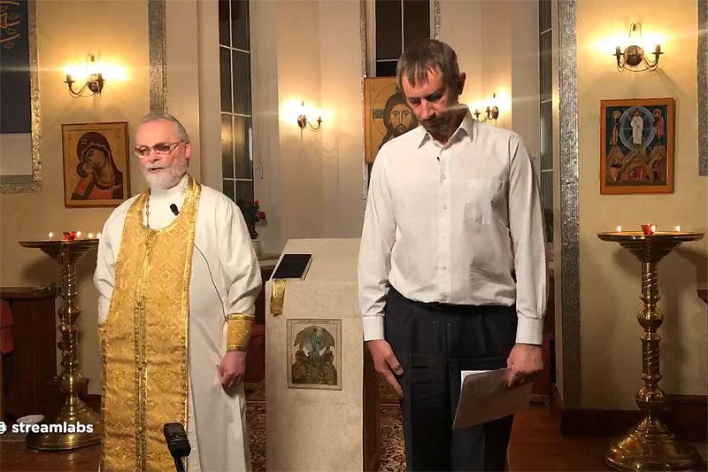 Покаянное слово читает Игорь Власенко (справа)