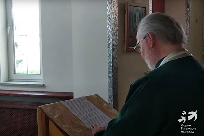 Чтение поминальной молитвы (Текст молитвы опубликован на последней странице номера)