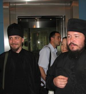 Иеромонах Агафангел (Белых) (справа) и свящ. Димитрий Карпенко (слева)