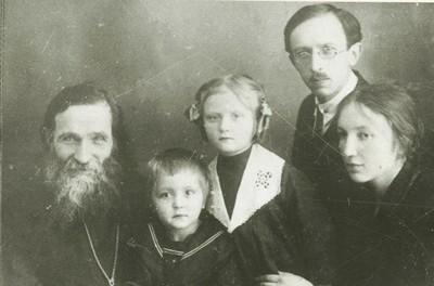Прот. Александр Глаголев с семьей сына