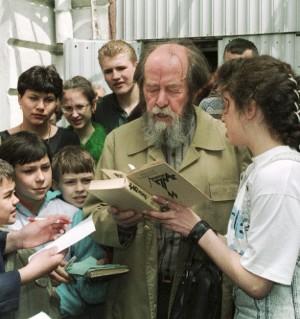Солженицын дает автографы
