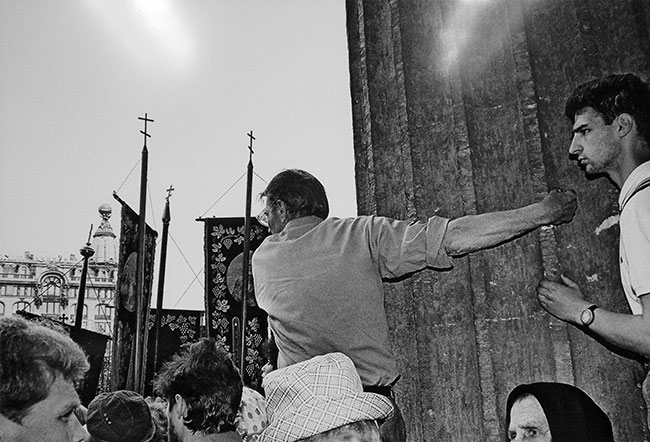 Первый после распада СССР крестный ход по Невскому проспекту. Санкт-Петербург, 1993 год. Фото из архива И.С. Арцышевского