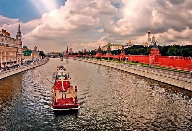 Освященный на Соловках поклонный крест доставляют на Бутовский полигон по Москве-реке, 2007 год. Фото Сергея Губачева